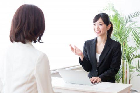 介護保険の相談を窓口でする女性