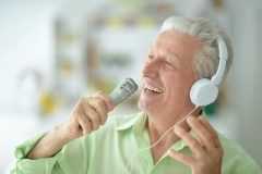 音楽を楽しむ老人